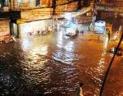 راولپنڈی: گزشتہ رات ہونے والی بارش کے بعد راجہ بازار چوک تالاب کا منظر ..