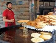 حیدر آباد: حلوائی رمضان کے پیش نظر پھیونیاں تل رہا ہے۔