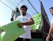 راولپنڈی: سستا رمضان بازار میں ٹرک سے شہری آٹا خرید رہے ہیں۔