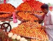 لاہور: دکاندار فروخت کے لیے تازہ پھل سجا رہا ہے۔