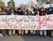لاہور: پاکستان سنی تحریک کے کارکن پریس کلب کے باہر احتجاج کررہے ہیں۔
