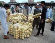 پشاور: شہری فروٹ منڈی سے خربوزے خرید رہے ہیں۔