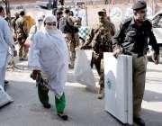 پشاور: ضمنی انتخابات کے لیے استعمال ہونیوالا سامان لیجایا جارہا ہے۔