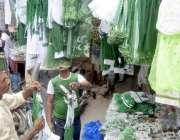 لاہور: اردو بازار میں دکاندار یوم آزادی کی مناسبت سے ملبوسات فروخت ..