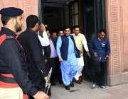 لاہور: رہنما پاکستان مسلم لیگ (ن) حمزہ شہباز حلف برداری کی تقریب کے بعد ..