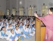لاہور: فاطمہ گرلز ہائی سکول مزنگ کی پرنسپل تقریب سے خطاب کر رہی ہیں۔