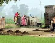 لاہور: نواحی گاؤں میں خواتین ٹیوب ویل پر کپڑے دھو رہی ہیں۔