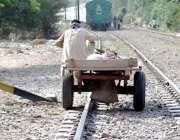 لاہور: باجا لائن میں ایک گدھا ریڑھی والا ریلوے ٹریک پر جار ہا ہے۔
