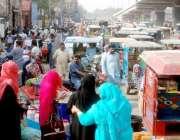 لاہور: پیر مکی روڈ پر غیر قانونی تجاوزات اور رکشوں کی بھرمار کا منظر۔