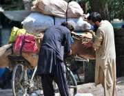 اسلام آباد: ایک محنت کش اپنی سائیکل پر مختلف اشیاء لوڈ کر رہا ہے۔