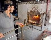 حیدر آباد: محنت کش تندور پر روڈیاں لگا رہا ہے۔