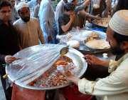 پشاور: شہری ایک دکان سے مربہ خرید رہے ہیں۔