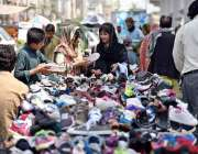 لاہور: خواتین لنڈا بازار سے جوتے پسند کر رہی ہیں۔