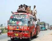 فیصل آباد: عید اپنے پیاروں کے ساتھ منانے کے لیے شہری بس پر سوار ہیں۔