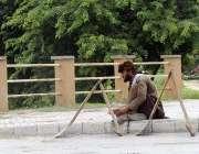 اسلام آباد: وفاقی دارالحکومت میں ایک مزدور کام نہ ہونے کی وجہ سے پریشان ..