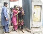 لاہور: عام انتخابات 2018  حلقہ این اے128میں ایک بیمار خاتون اپنی بیٹی کا ..