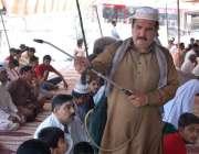 فیصل آباد: رضا کار نمازیوں پر عرق گلاب کا چھڑکاؤ کر رہا ہے۔