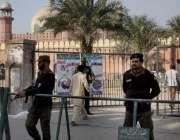 لاہور: بادشاہی مسجد میں نماز جمعہ کی ادائیگی کے موقع پر پولیس اہلکار ..