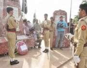 لاہور: یوم دفاع پاکستان کے موقع پر پاک فوج کے افسران یادگار شہداء پر ..
