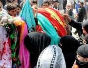پشاور: نویں محرم الحرام کے مرکزی جلوس میں شریک خواتین ذوالجناح کو بوسہ ..