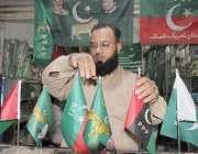 لاہور: رائل پارک میں ایک دکاندار سیاسی جماعتوں کے پرچم فروخت کرنے کے ..