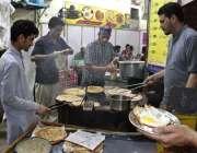 لاہور: دکاندار سحری کے اوقات میں پراٹھے بنا رہا ہے۔
