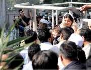 اسلام آباد: پی آئی ڈی کے ملازمین کو لفٹ کی مدد سے چھت سے اتارا جار ہا ..
