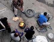 راولپنڈی: سردی کی شدت کم کرنے کے لیے دکانداروں نے آگ جلا رکھی ہے۔