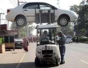 فیصل آباد: ٹریفک وارڈن نو پارکنگ میں کھڑی کار کو لفٹر کے ذریعے اٹھا ..