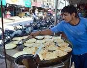 حیدر آباد: دکاندار فروخت کے لیے پراٹھے بنا رہا ہے۔