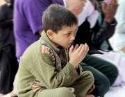 لاہور: بادشاہی مسجد میں بچہ نماز جمعہ کی ادائیگی کے بعد دعا مانگ رہا ..