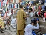 لاہور: شہری دوھوپ سے بچنے کے لیے ٹوپیاں خرید رہے ہیں۔