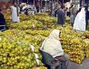 راولپنڈی: دکاندار فروٹ منڈی میں مسمی فروخت کے لیے سجائے بیٹھے ہیں۔