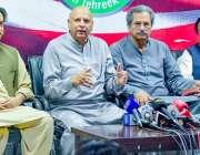 لاہور: تحریک انصاف کے سینیٹر چوہدری محمد سرور پارٹی کے چوہدری ظہیر ..