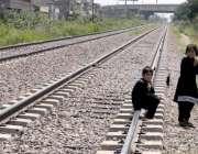 راولپنڈی: بچے کسی خطرے سے بے خبر ریلوے ٹریک پر بیٹھے ہیں۔