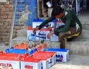 فیصل آباد: مزدور بیٹریاں چارج کرنے میں مصروف ہے۔