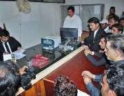 حیدر آباد: امیدوار الیکشن2018کے سلسلے میں کاغذات نامزدگی جمع کروا رہے ..