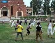 فیصل آباد: الفتح سپورٹس کمپلیکس میں نوجوان والی بال کھیل رہے ہیں۔