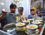 پشاور: سردی کی شدت میں اضافے کے بعد ایک دکاندار سوپ فروخت کررہا ہے۔