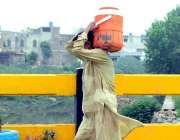 راولپنڈی: پانی کے قلت کے باعث شہری دور دراز سے پینے کے لیے پانی لیجا ..