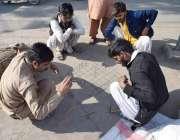 لاہور: ڈھولچی فارغ اوقات میں روائتی گیم کھیل رہے ہیں۔