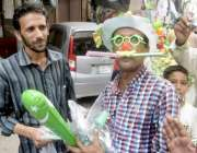 لاہور: ایک شخص اردو بازار میں یوم آزادی کی مناسبت سے چیزیں فروخت کر ..
