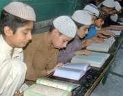 لاہور: مسجد میں بچے قرآن مجید کی تلاوت کر رہے ہیں۔