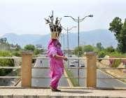 اسلام آباد: وفاقی دارالحکومت میں ایک خاتون گھر کا چولہا جلانے کے لیے ..