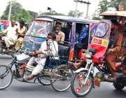 فیصل آباد: چنگچی رکشہ ڈرائیور ایک معذور شخص کی سائیکل کو دھکہ لگار کر ..