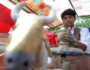فیصل آباد: نوجوان کمہار روایتی انداز سے مٹی کی اشیاء بنا رہا ہے۔