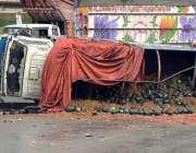 راولپنڈی:دوران بارش سلپری کے باعث ٹرک الٹا ہوا ہے۔