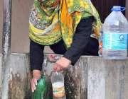 اسلام آباد: وفاقی دارالحکومت میں ایک خاتون پینے کے لیے صاف پانی بھر ..