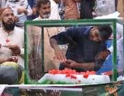 اسلام آباد: شہری ریڑھی بان سے ٹھنڈا تربوز کھا رہے ہیں۔