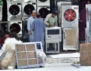 راولپنڈی: محنت کش اپنی ورکشاپ پر ائیرکولر تیار کر رہے ہیں۔